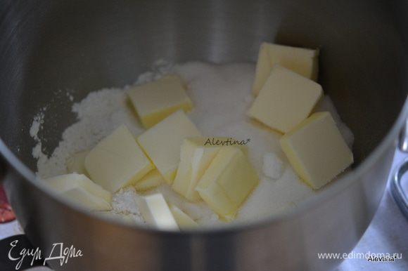 Разогреть духовку до 180 градусов. Смешать муку и сахар 3/4 стакана. Добавить сливочное холодное масло, порубленное кусочками. Перемешать в крошку.