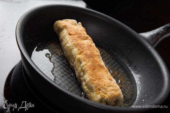 Разогреть сковороду с подсолнечным маслом, выложить рулеты и обжарить до готовности и золотистой корочки с двух сторон. Масло должно быть достаточно сильно раскалено для того, чтобы рулеты хорошо прожарились. Затем оставить на 10 минут в духовке, разогретой до 180°С.