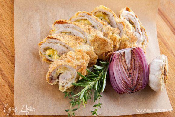 Готовые рулеты нарезать тоненькими кусочками и подавать к столу с овощами, овощным салатом или каким-либо гарниром. Приятного аппетита!