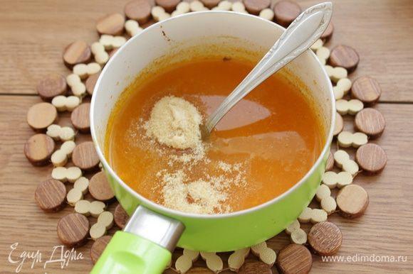 Затем протереть ягоды и сок через сито. Развести получившееся пюре водой до 230 мл, добавить быстро растворимый желатин, хорошо размешать.