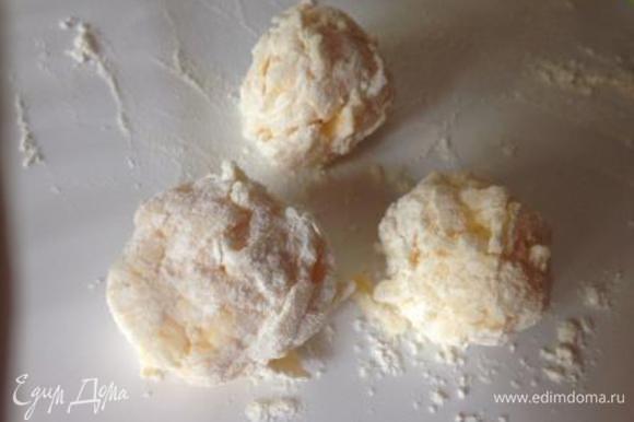 Скатать небольшие шарики, обвалять их в муке и жарить в разогретом растительном масле.