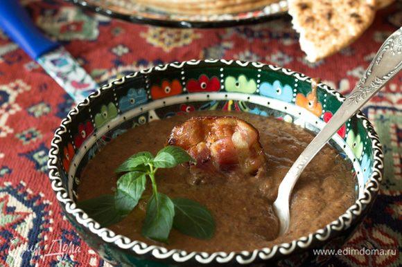 Готовый суп пюрировать блендером, еще раз прокипятить перед подачей. Подавать, украсив кусочком жареного бекона и зеленью. Не забудьте поставить на стол питу или другие хлебные лепешки, как это делают в Турции.