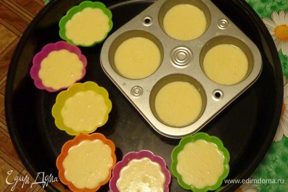 Для омлетиков растереть размягченное сливочное масло с солью, добавить по одному яйца, хорошенько взбивая их, потом влить молоко, добавить муку и еще раз все перемешать. Разлить тесто по формочкам на 2/3.