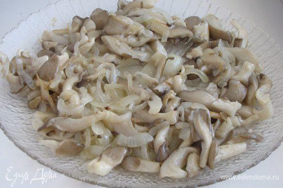 Выложить грибы с луком на блюдо и остудить.