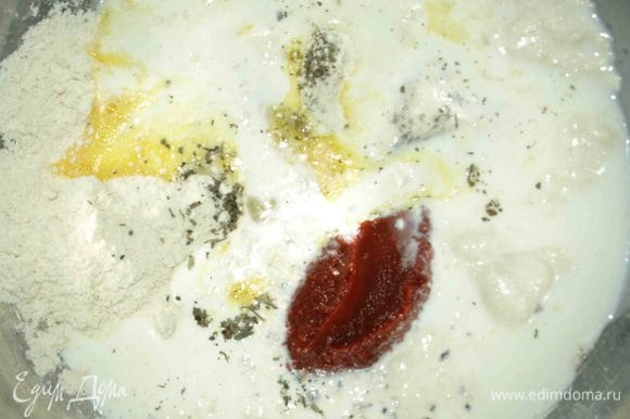 Подмешиваем базилик, томатную пасту и молоко.