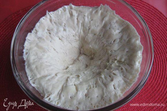 Сделать углубление в центре теста, раскрыть шар, поднимая тесто к краю миски.