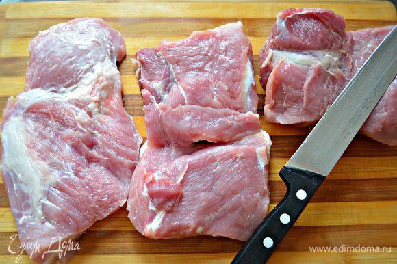 Из филе вырезки отрезать толстую часть, около 20 см. Сделать в ней продольный разрез, но не до конца, чтобы можно было развернуть филе книжкой.