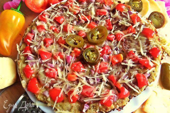Открываем, переносим на общую тарелку нашу ленивую пиццу.