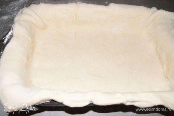 Разделить тесто на 2 неравные части. Раскатать большую часть. Форму выстелить фольгой и смазать растительным маслом, положить пласт теста, так чтоб края свисали. У меня форма 27х17 см, можно выпекать и в круглой.