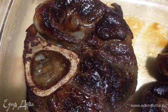 После того как мы пожарили стейк до нужной степени, кладем его на тарелку или решетку с противнем и даем ему отдохнуть 5 минут.
