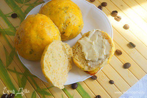 Подать булочки к утреннему завтраку с кофе или чаем. Булочки можно разрезать пополам и намазать сливочным маслом. Приятного аппетита!