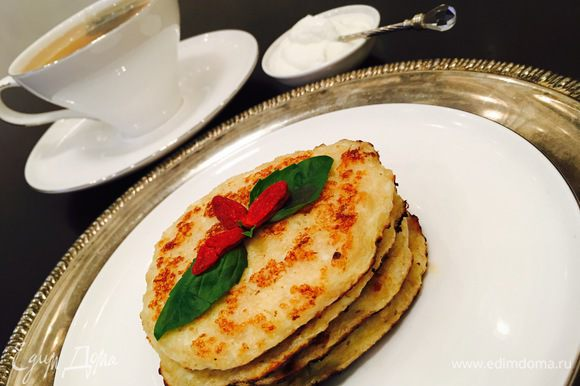 Если хотите полностью диетический вариант завтрака, то подавать можно с обезжиренной сметаной по этому рецепту http://www.edimdoma.ru/retsepty/77654-smetana-obezzhirennaya-dieticheskaya
