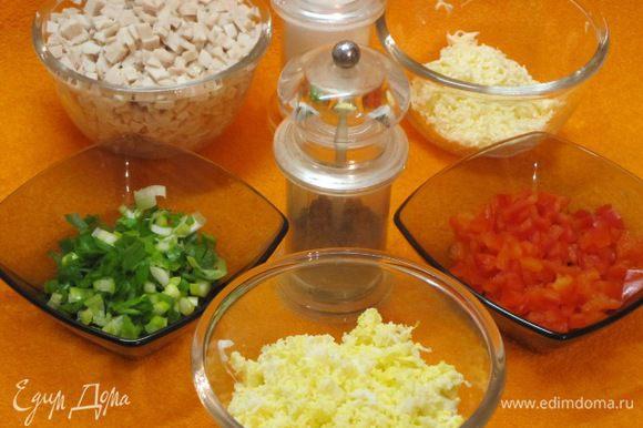 Молоки отварить в кипящей подсоленной воде 15 минут, остудить, мелко нарезать кубиками. Яйца отварить, очистить, остудить, натереть на мелкой терке, можно нарезать кубиками. Сырок плавленый предварительно заморозить в морозильнике минут 30, натереть на мелкой терке. Перец и зеленый лук мелко нарезать.
