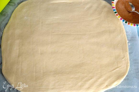 Выложить его на рабочую поверхность на лист пекарской бумаги и раскатать в прямоугольник. Толщина пласта 0.5 см.