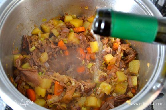 Влейте белое вино и дайте выпариться алкоголю 5-7 минут. Влейте кипящий бульон (или воду), посолите и варите на среднем огне до готовности картофеля (минут 15-17).