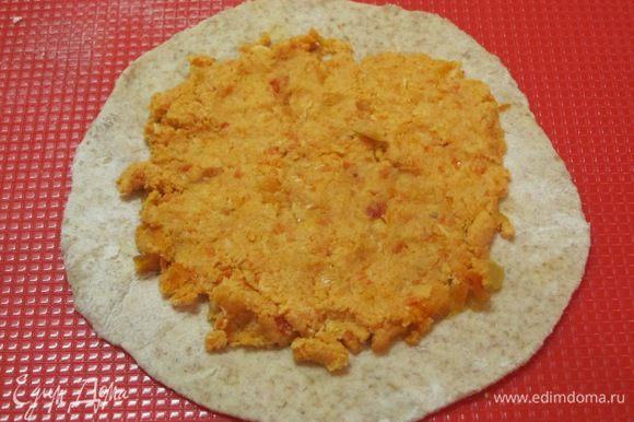 Выложить на каждую лепешку 2-3 столовые ложки курино-овощной начинки.