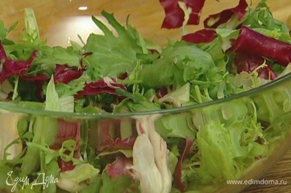 Приготовить салат: салатный микс сбрызнуть фундучным маслом, винным уксусом, посолить, посыпать измельченным розовым перцем и перемешать.
