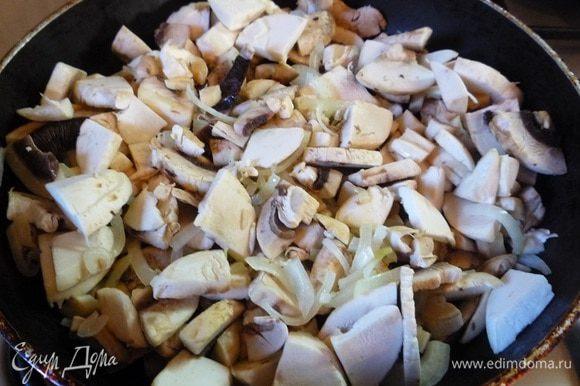 Выкладываем шампиньоны в сковороду с луком, перемешиваем, доводим до готовности, солим и перчим по вкусу.