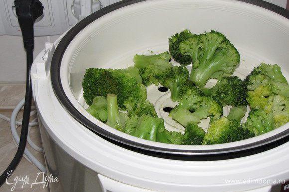 Капусту брокколи отварить на пару в течении 15 минут.