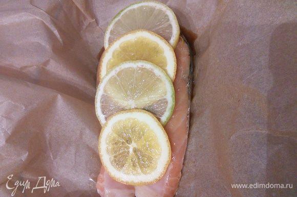 Полить половиной маринада, выложить сверху ломтики апельсина и лимона, полейте оставшимся маринадом.