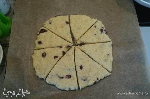 Раскатываем тесто в лепешку толщиной 1,5 см. Я разравниваю руками. Посыпаем цедрой. У меня сухая. Можно снять со свежего лимона и добавить прямо в тесто. Разрезаем ножом для пиццы на 8 секторов.