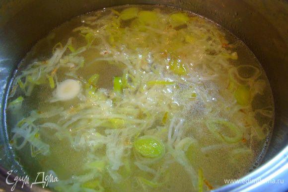 В кастрюлю с толстым дном налейте 1 ст. л. оливкового либо другого растительного масла и обжарьте лук-порей до золотистости, если вы используете кольраби, то добавьте ее к луку и обжарьте несколько минут, добавьте мелко нарезанный чеснок, и нарезанный кубиками картофель, влейте бульон и варите на медленном огне 20 минут.