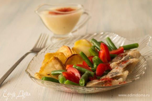 Сервируем порционно, отдельно в соуснике подаем соус. http://www.edimdoma.ru/retsepty/77954-postnaya-salatnaya-zapravka
