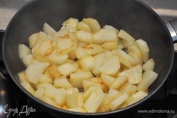 Картофель очистить, нарезать ломтиками и поджарить на масле почти до готовности, посолить.
