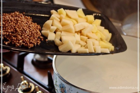 Когда вода в кастрюле закипит, закладываем туда гречку и картошку.