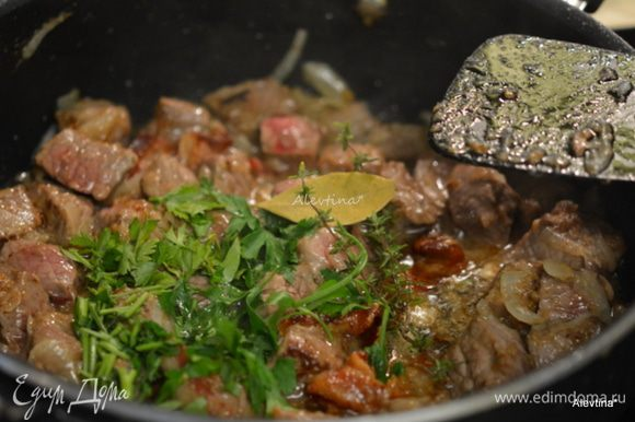 Вернуть на сковороду бекон и лук, добавить петрушку и тимьян, лавровый лист.