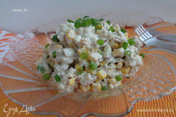 Заправить салат майонезом (можно пополам со сметаной) или оливковым маслом. Салат получился сочный, с приятным орехово-яблочным послевкусием. Приятного аппетита!