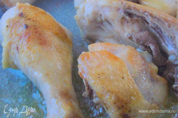 На сковороде разогрейте оливковое масло со сливочным, и обжарьте курицу до золотистости, выньте на тарелку.