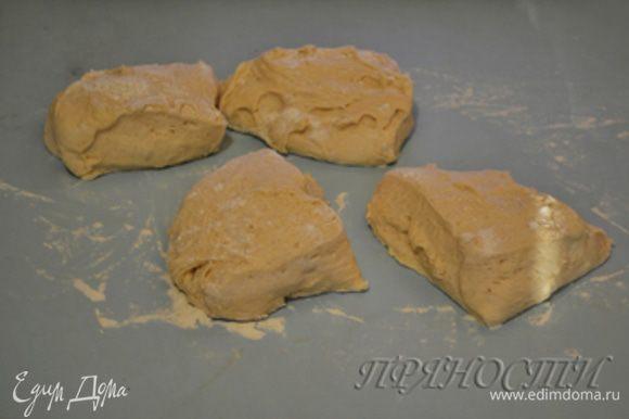 Как только время пришло, достаем тесто, присыпаем слегка рабочую поверхность мукой, делим тесто на 4 части, каждую скатываем в шар и даем отдохнуть в течении 5 минут.
