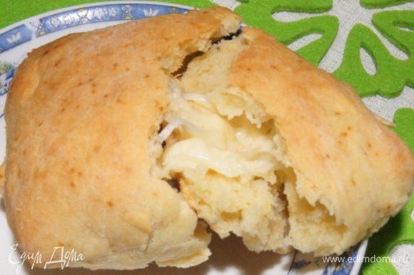 Очень хороши такие булочки именно в теплом виде, когда сыр внутри расплавлен.
