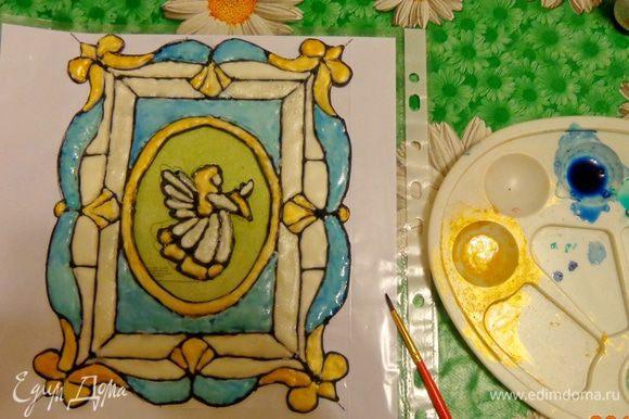 После того как картинка полностью высохнет, наступает время раскрашивания. Окраску можно делать либо, добавляя пищевую краску прямо в айсинг, либо разведенной в водке краской и кондурином, работая влажной кисточкой по высохшему покрытию. Мне больше нравится для этой цели второй вариант.