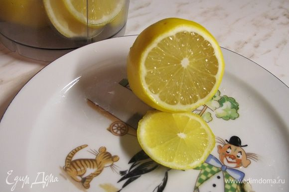 Займемся начинкой. В зависимости от того, какие у вас лимоны, немного меняется технология приготовления. Я обычно беру самые тонкокожие лимоны. Мне кажется, в этот раз мне попался какой-то гибрид, потому что при нарезании они пахнут лаймом, но выглядят как обычный желтый лимон. На фото видно, какая у него тонкая кожица. Лимоны я кладу на пять минут в очень горячую воду, затем нарезаю, чтобы обязательно удалить косточки, и пюрирую вместе с кожурой в блендере. Когда не было блендеров, прокручивали на мясорубке. Если лимоны толстокожие, это тоже неплохо, они более сладкие. Но тут придется сначала тонко срезать желтую цедру, затем счистить белую кожицу и выбросить ее, затем всё как описано выше. И лимонов понадобится не три, а четыре. Лимонное пюре смешиваем с сахаром и крахмалом. Количество сахара подбирайте под свой вкус. Лимонный сок, который образуется при чистке и нарезании лимонов, аккуратно соберите, мы им погасим соду.