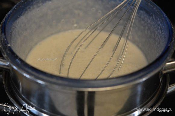 Приготовим водяную баню. Стеклянная посуда должна быть чистой и не соприкасаться с горячей водой. Выложить в нее белки, сахарную пудру. Взбиваем 5-7 минут на скорости, добавляем по желанию винный камень, он стабилизирует белки, дает устойчивость.