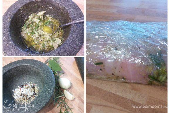 Для маринада измельчите в ступке специи, смешайте с маслом и уксусом, натрите этой смесью мясо кролика с обеих сторон, скрутите в рулет, оберните в плёнку и поместите в холодильник минимум на 6-8 часов.