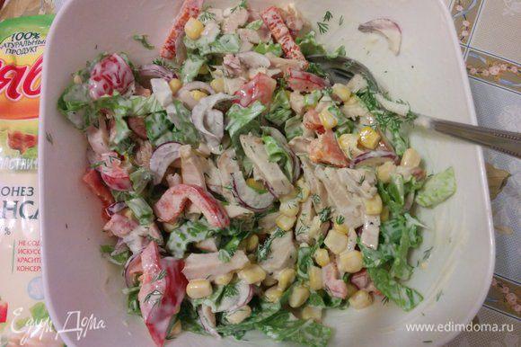 Заправить салат майонезом, добавить свежемолотый чёрный перец, соль я не добавляла, перемешать.