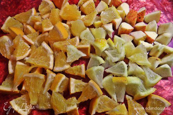 В это время нарезаем чистые фрукты (яблоко у меня маленькое, а если крупное, то тоже половинки хватит). Вместе с корочками!