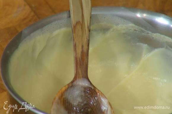 Полученную смесь влить в кастрюлю с оставшимся молоком, все вымешать, поместить на огонь и, непрерывно перемешивая, прогреть крем.