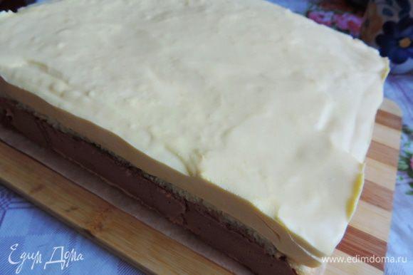 Утром освобождаем торт от формы, чтобы это было легко сделать, бока рамки можно обдуть феном.