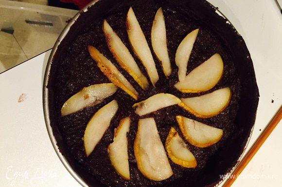 Выкладываем начинку на тесто и груши.