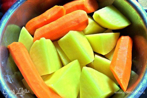 Отвариваем морковь с картофелем в подсоленной воде.