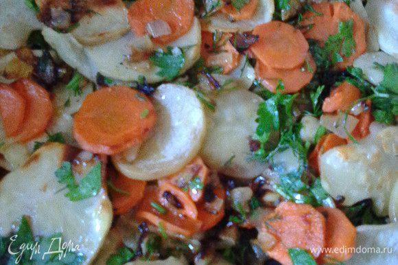 Картофель порезать тонкими слайсами и подсушить слегка на сухой сковороде. Смешать его с морковно-луковой смесью и зеленью.