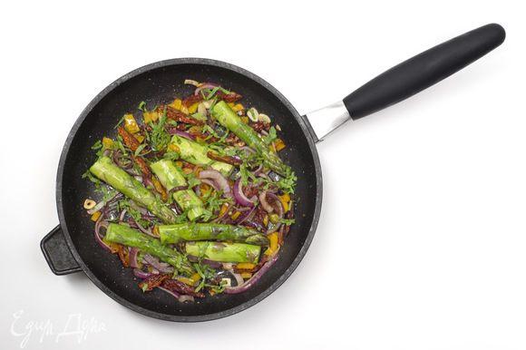 Половину петрушки мелко нарезать и добавить к овощам, все перемешать.