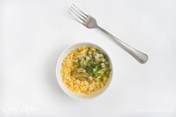 Соус: желтки 3 отваренных яиц перетереть вилкой. Добавить 2 ч. л. горчицы, оливковое масло, сок половины лимона и щепотку соли. Все хорошо взбить до кремообразного состояния. Затем добавить измельченный соленый огурец и вторую половину порубленного зеленого лука, все перемешать.