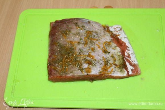 Приготовить все для маринада, смешав все ингредиенты, намазать этой смесью рыбу, завернуть в пленку и убрать в холодильник на 30 минут.