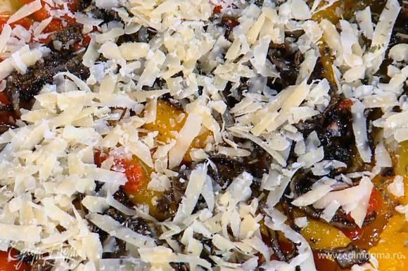 Края теста смазать оставшимся оливковым маслом и перенести тесто с бумагой на противень.