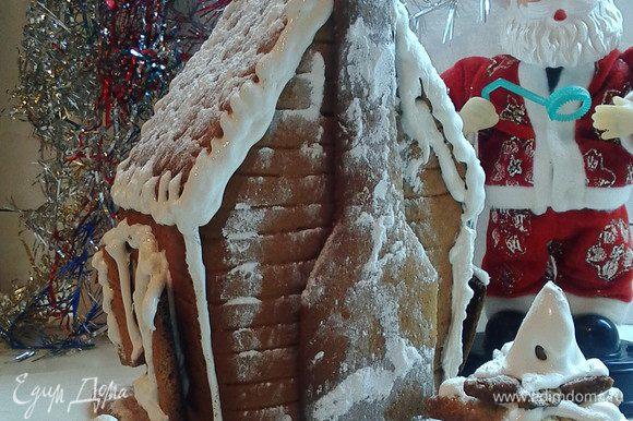 Для усиления реалистичности посыпаем сверху сооружение сахарной пудрой через ситичко.